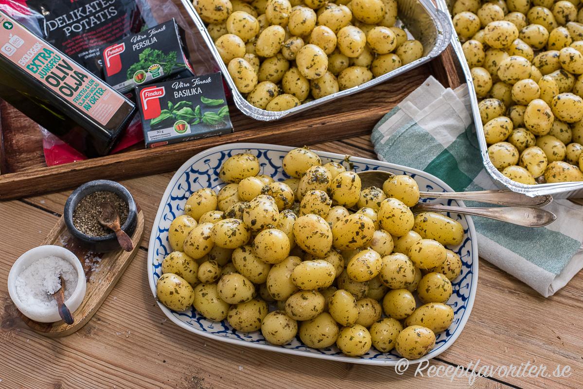Delikatesspotatis med fint skal som ej behövs skalas, god olivolja, frysta hackad örter och så lite flingsalt blir ett enkelt men gott potatistillbehör till festen.