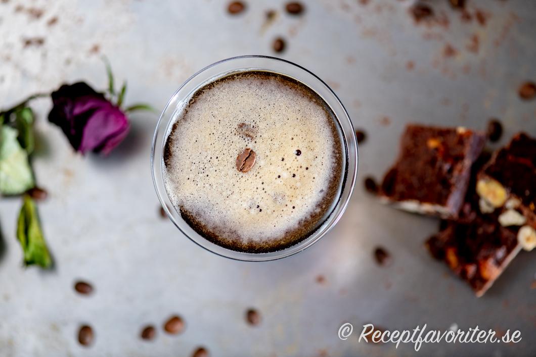 Espresso Martini i glas med kaffeböna