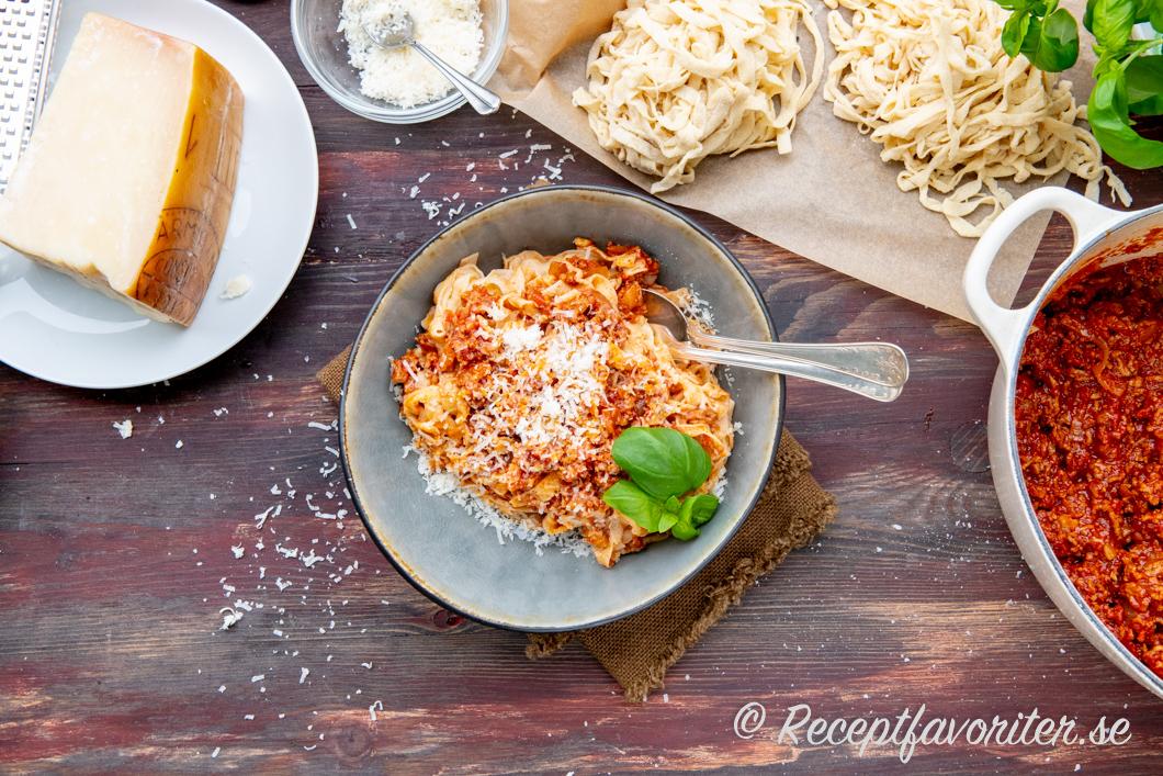 Färsk pasta tagliatelle med köttfärssås