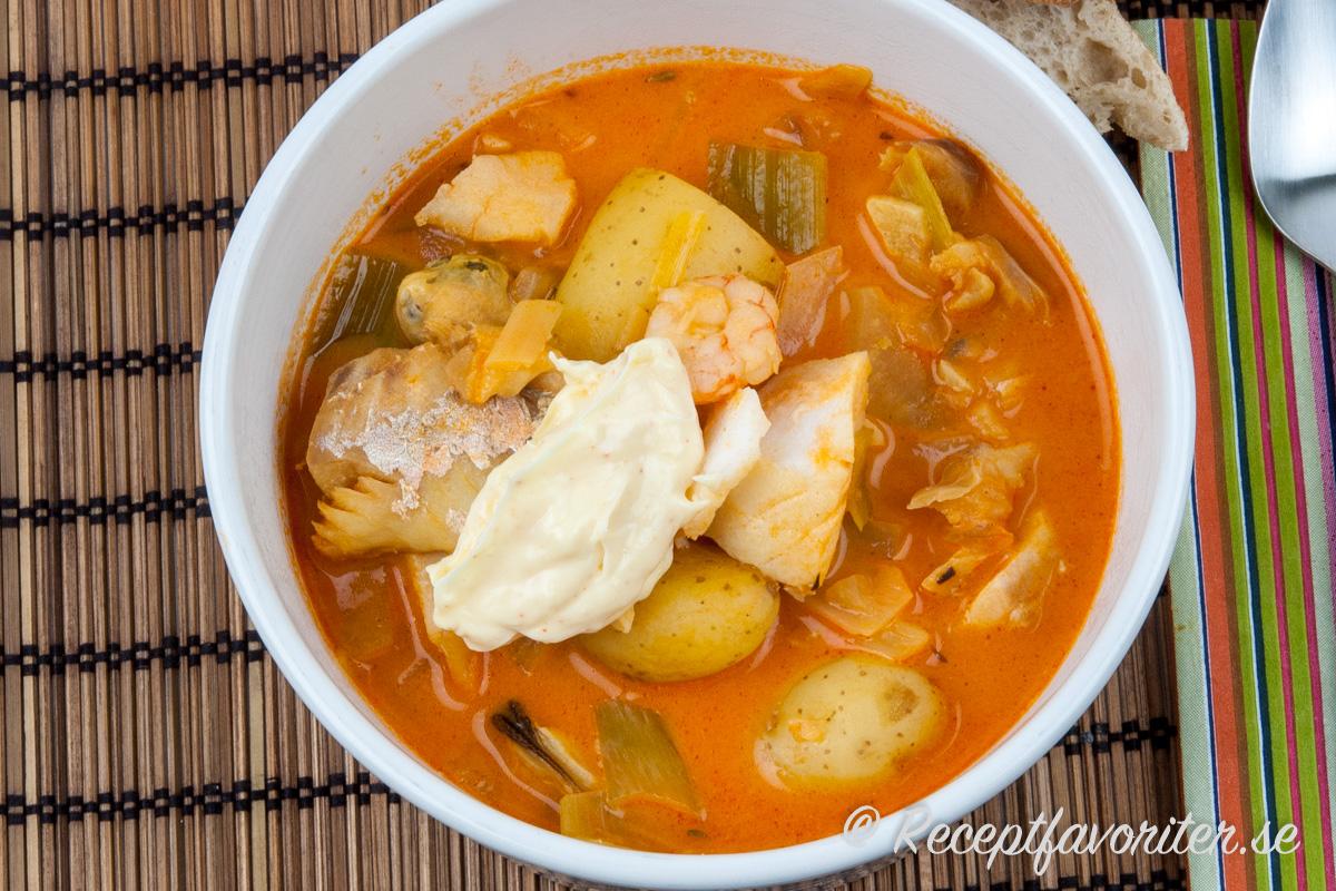 En matig fisksoppa med vit fisk, musslor och räkor samt mättande potatis.