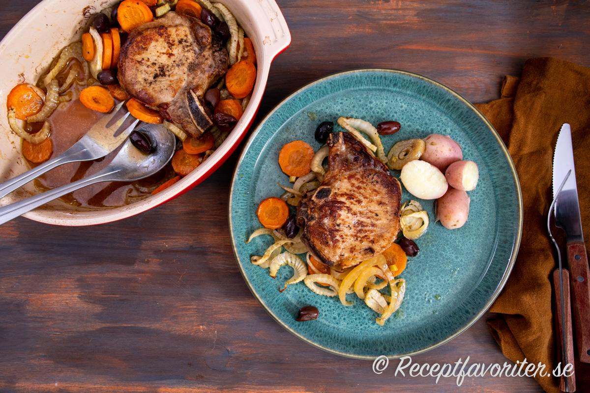 Kotletterna serverade med potatis på tallrik