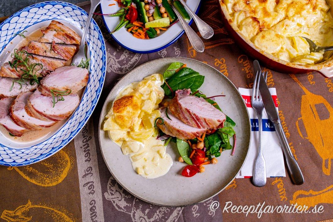 Serveringsförslag för fläskytterfilén med potatisgratäng och sallad