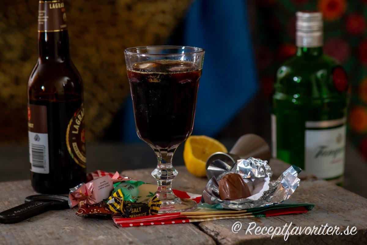Gin och julmust serverad med is och godis.