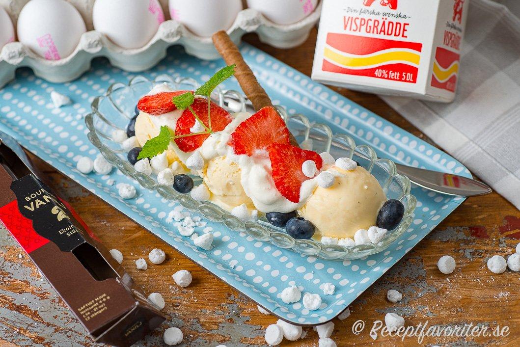 Hemgjord gräddglass av ägg, grädde och vanilj