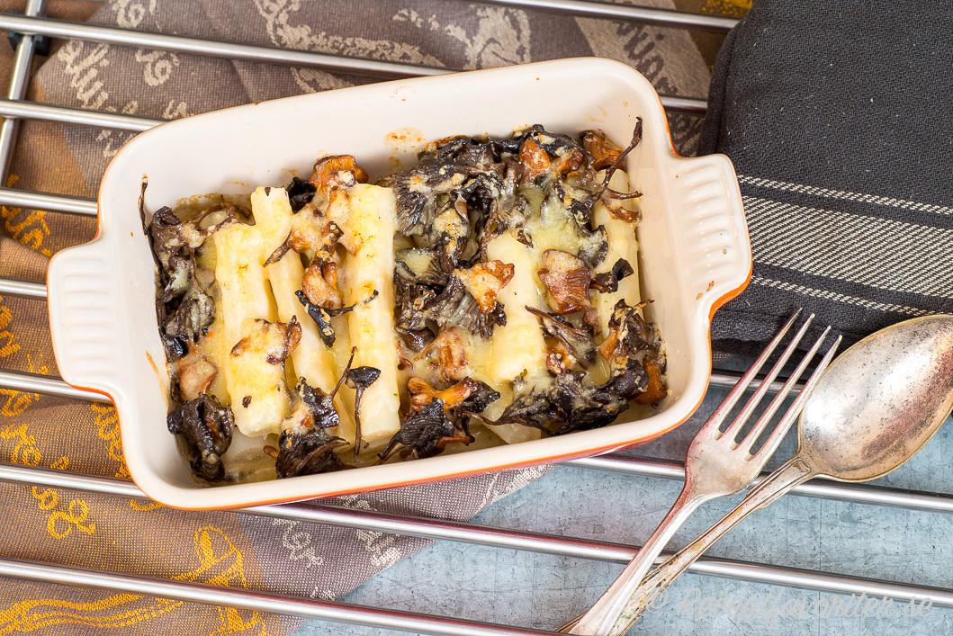 Svartrotsgratäng toppad med svamp serverad i min lilla Le Creuset form.