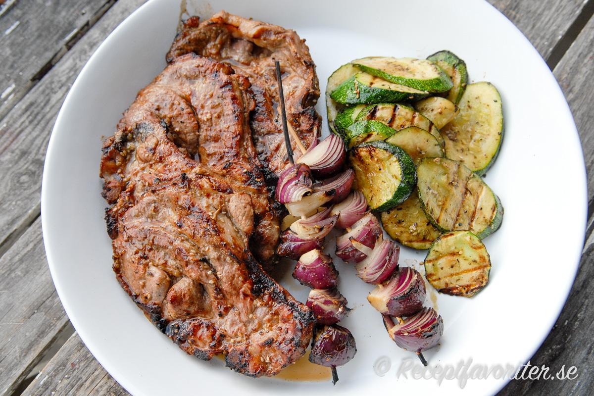 Fläskkarré eller grishals passar mycket bra att grilla då det håller sig saftigt även när det är väl grillat.