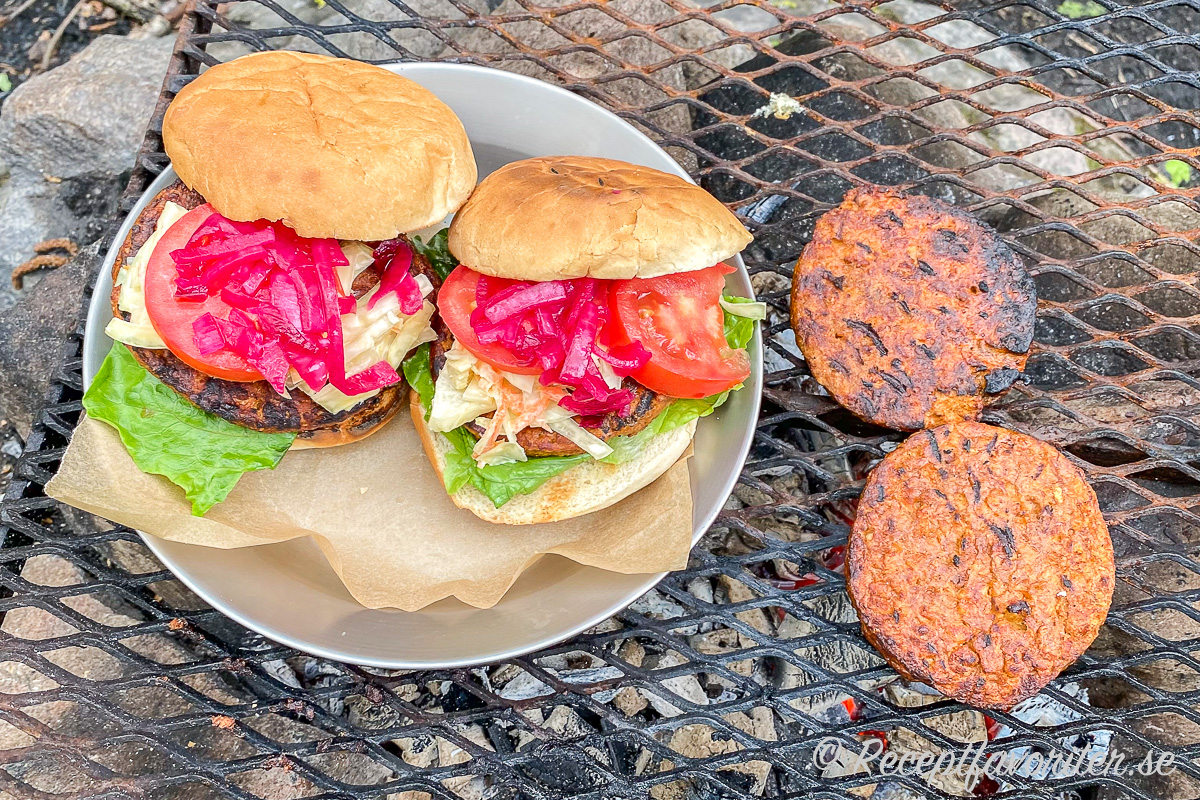 Köpta sojaburgare får god smak på grillen med krämig coleslaw, lite ketchup, sötsur och salt picklad rödlök, krispig romansallad samt tomat mellan lätt grillade hamburgerbröd.