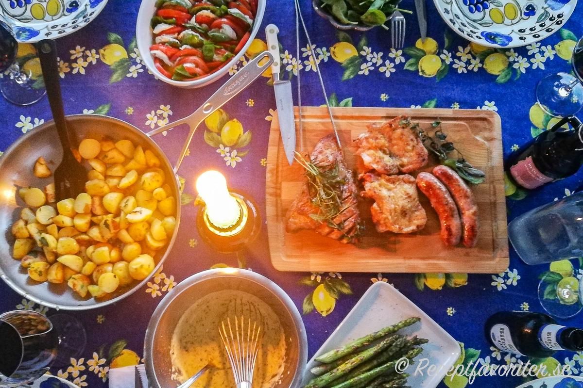 Ett förslag på middag med grillat till midsommar: stek upp rester på kokt färskpotatis i smör; Bearnaisesås; grillad grön sparris; tomatsallad caprese med mozzarella och basilika; grillad pluma, urbenat kycklingbröst samt salsiccia råkorv.