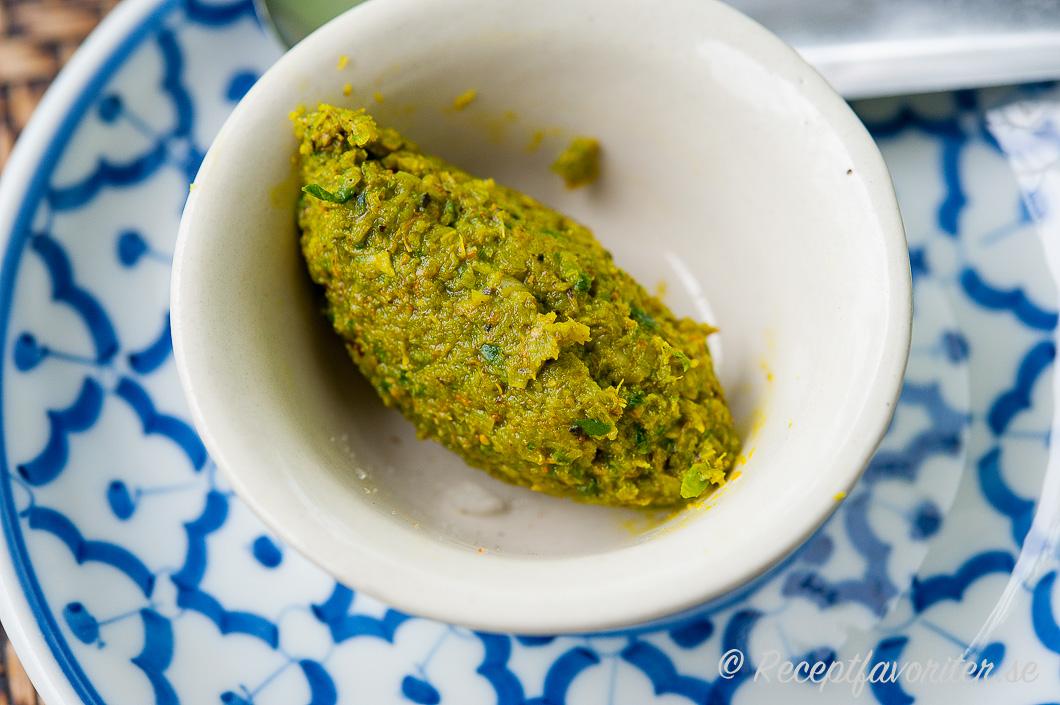 Nygjord färsk grön currypasta i skål