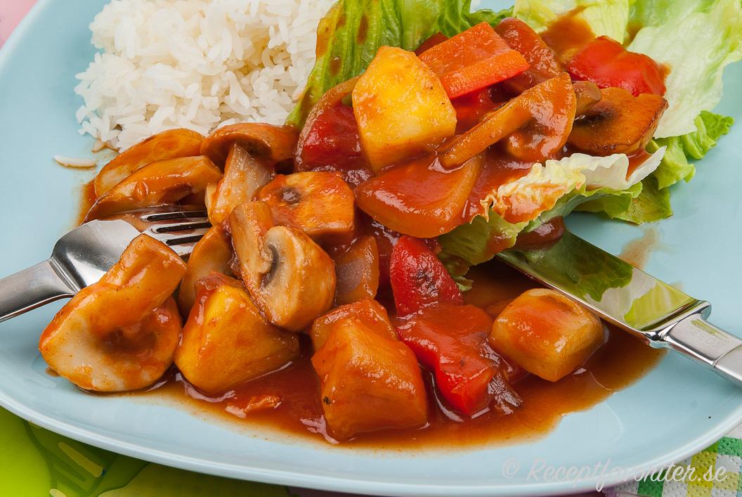 Grönsaker som ananas, champinjoner, paprika och gul lök blir gott att woka ihop med sötsursås.