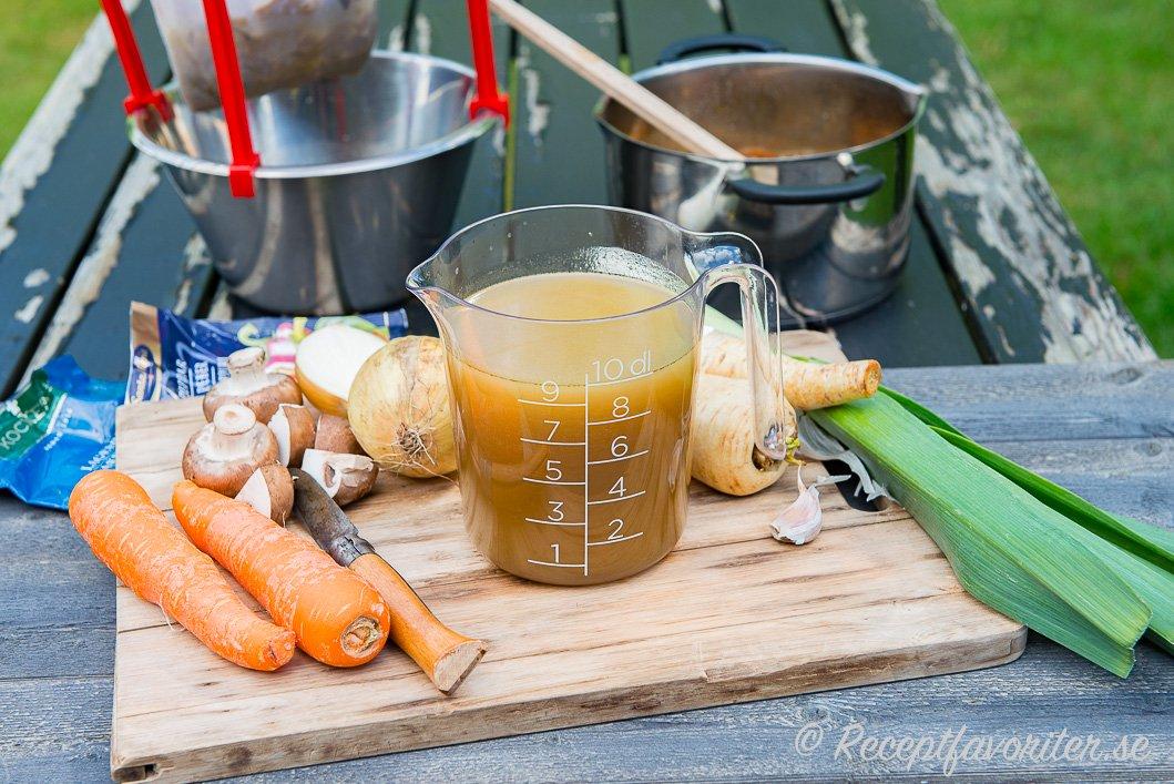 Grunden till buljongen är ofta billiga och smakrika grönsaker som morot, lök och rotfrukter som selleri men du kan även ta de grönsaker du gillar och har hemma.
