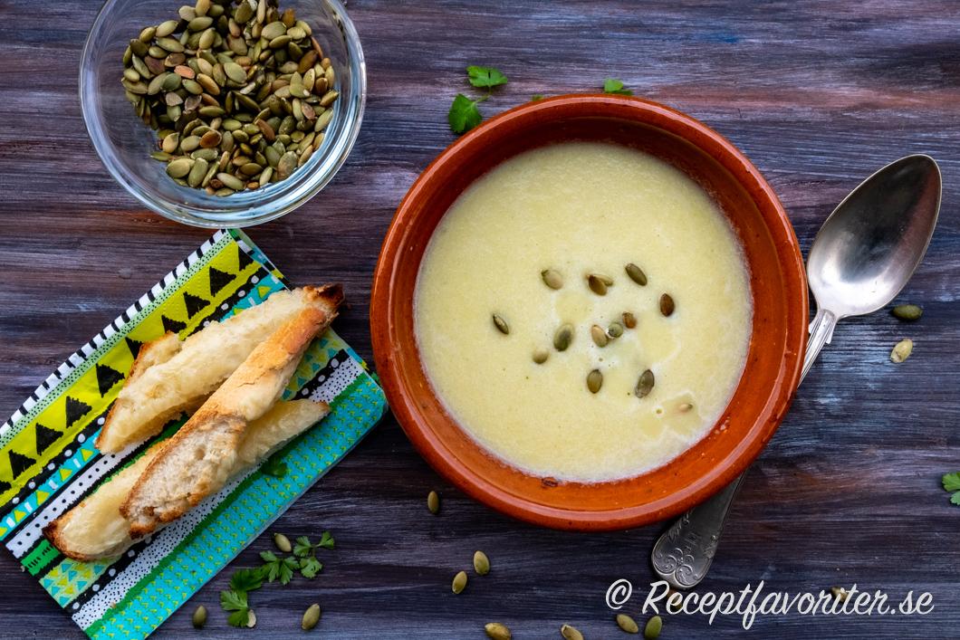 Ostgratinerade breadsticks eller brödpinnar serverade till en tallrik soppa.