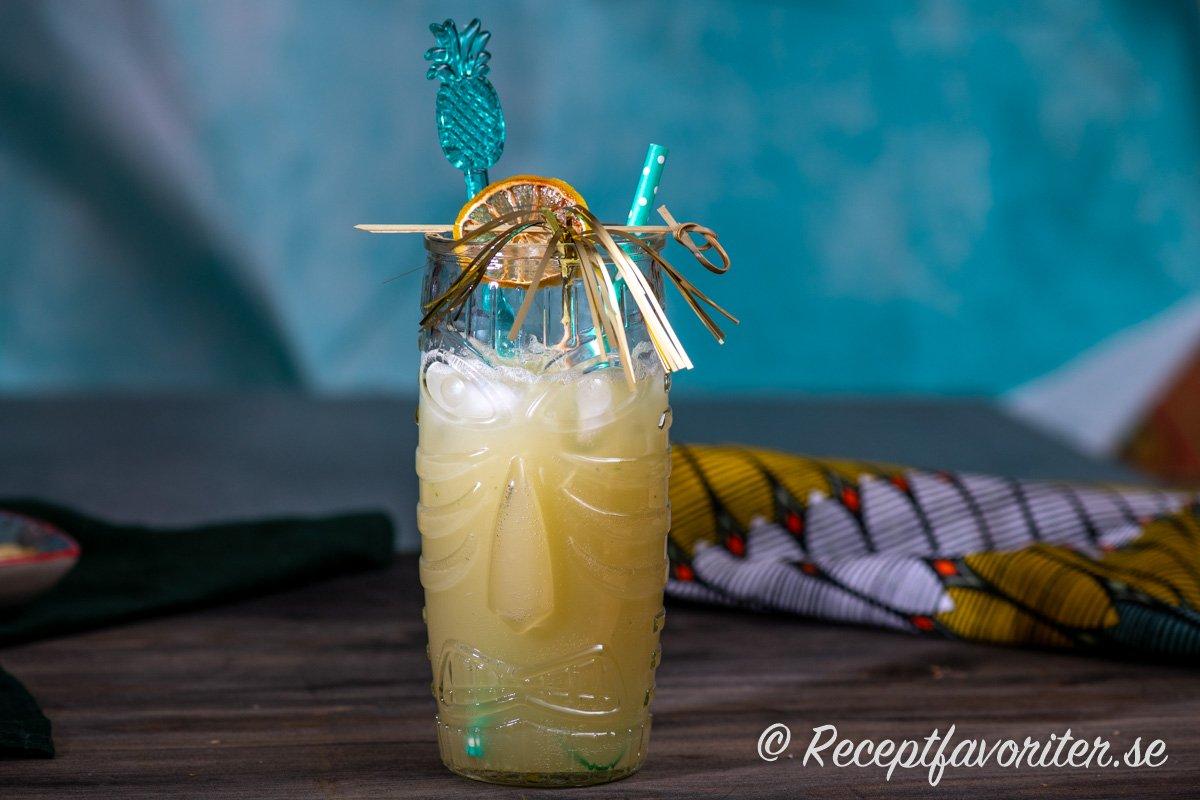 Havana Beach cocktail i tiki-glas med garnering