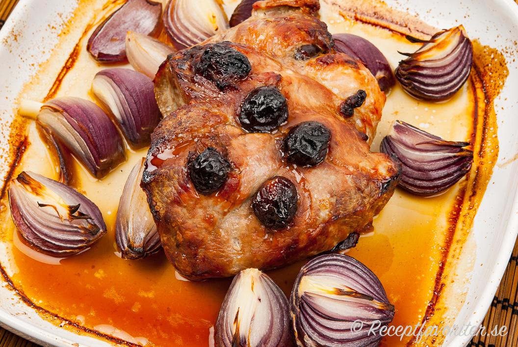 Skinkstek lagad i ugnen med rödlök och plommon