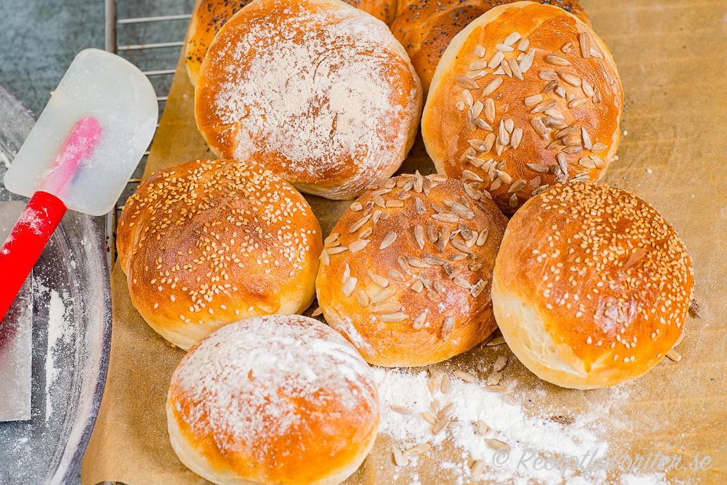 Nybakta hamburgerbröd på bakplåt