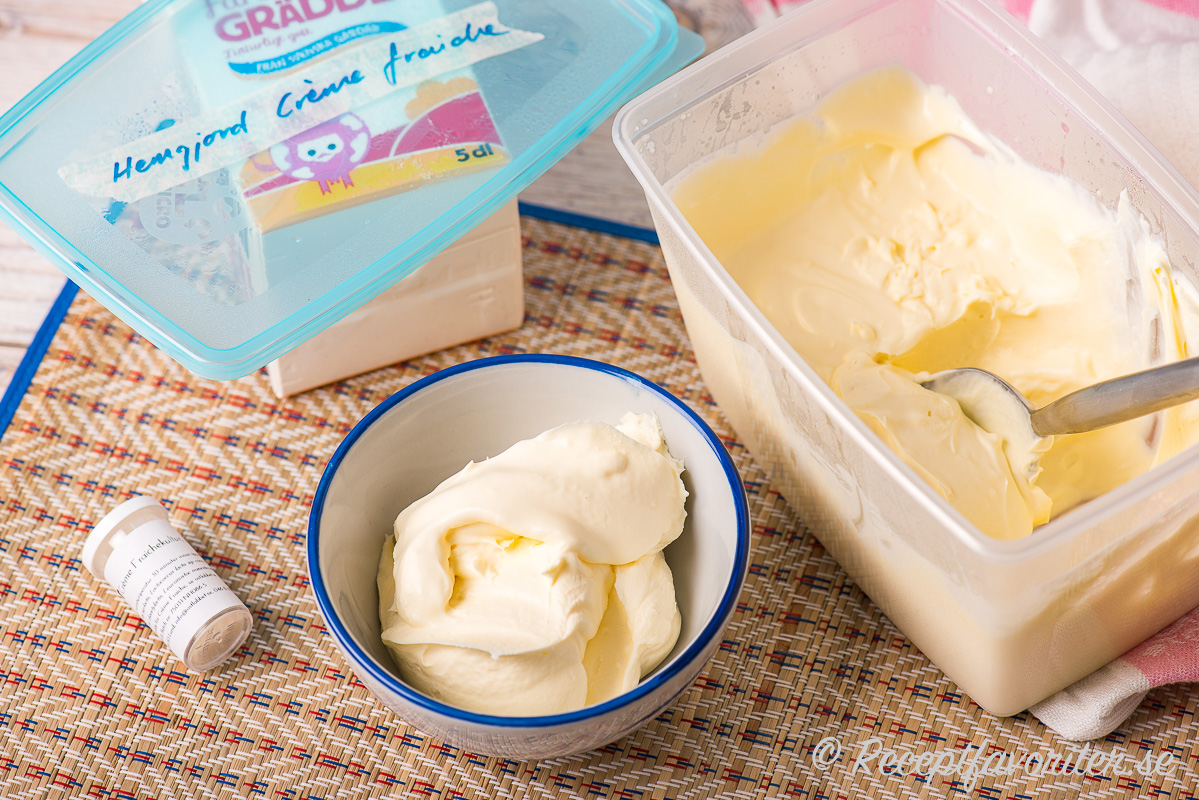 Crème fraiche kan du göra i en plastburk där du blandar grädde med crème fraichekultur.