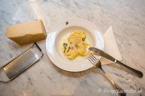Lär dig laga hemgjord pasta som tortelloni, tortellini, ravioli, tagliateller och annat gott.
