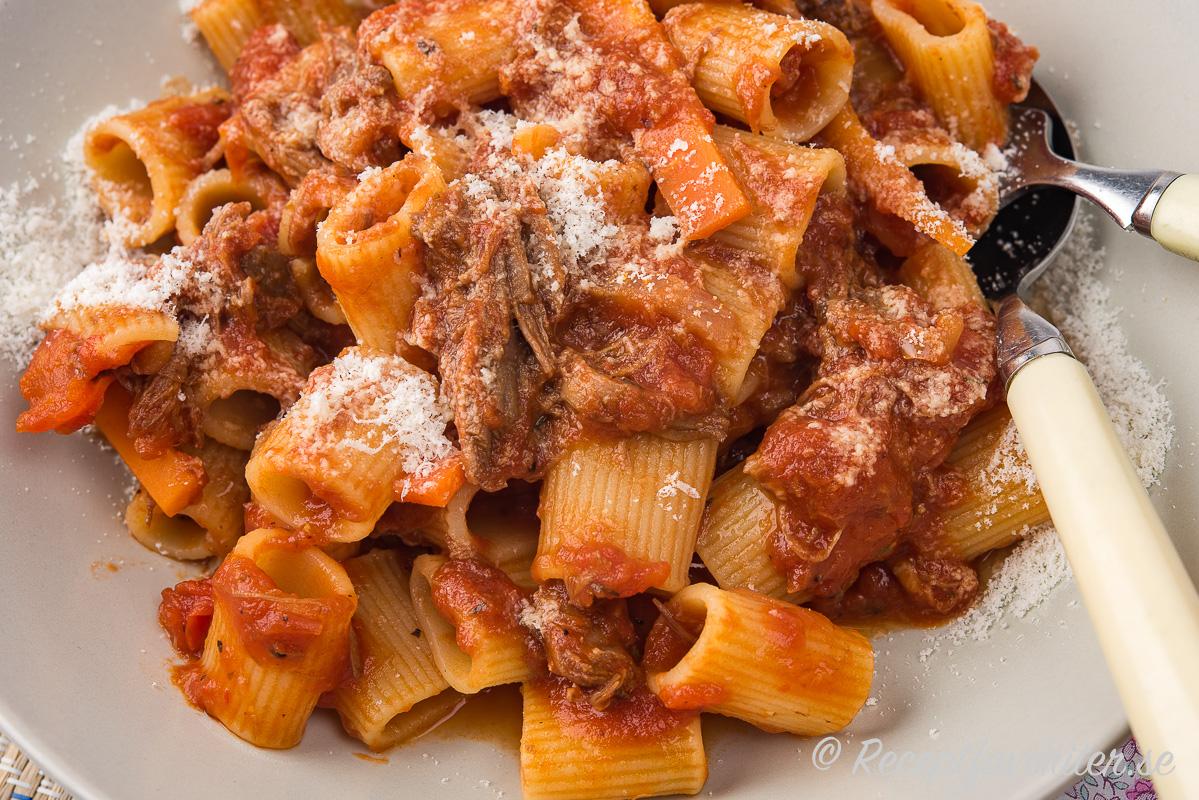 Högreven blir mör och smakrik samt faller sönder när den får koka länge till denna variant på Bolognese.
