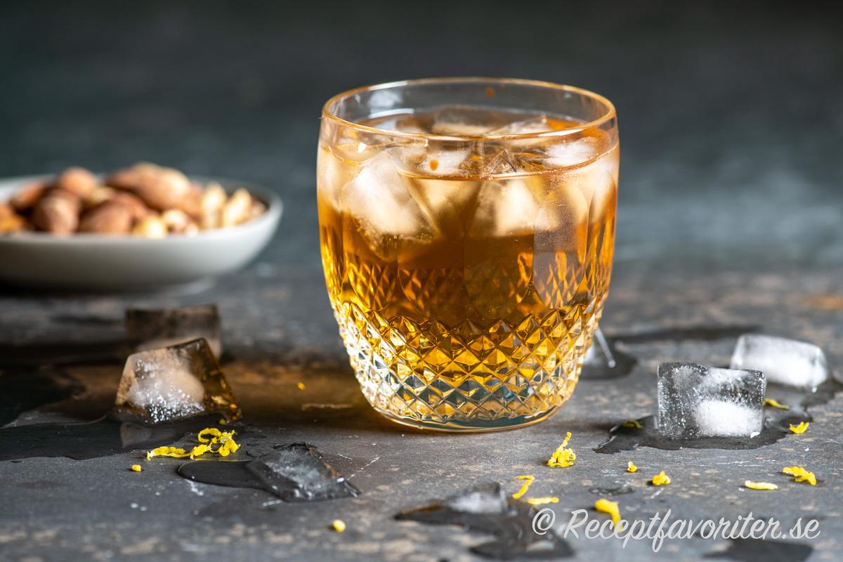 Horse´s Neck cocktail eller drink med brandy eller konjak, Ginger Ale och Angostura.