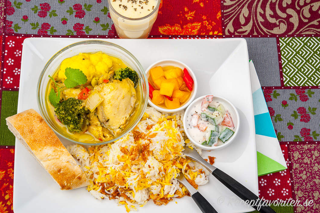 Currygrytan med förslag på tillbehör på tallrik