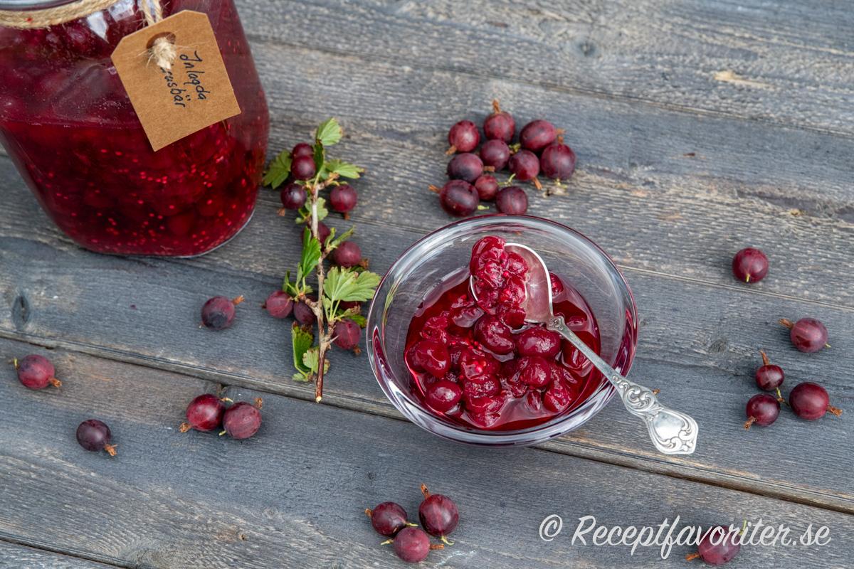 Sötsura krusbär i burk och skål.