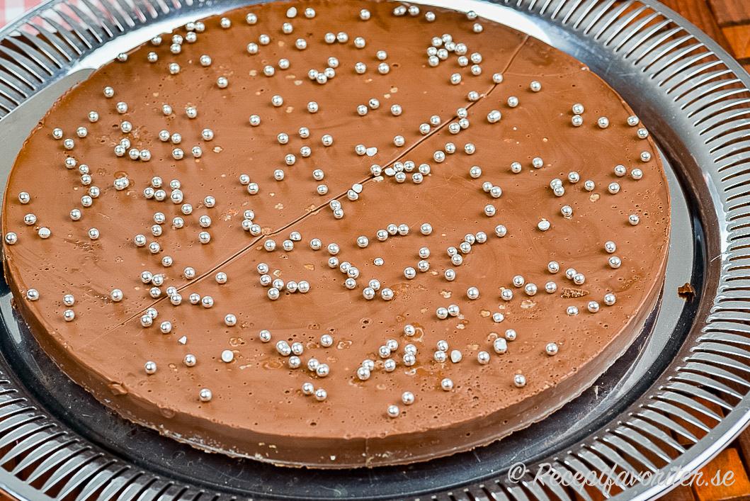 En paj med ischoklad och Digestivebotten samt silverkulor som garnering.