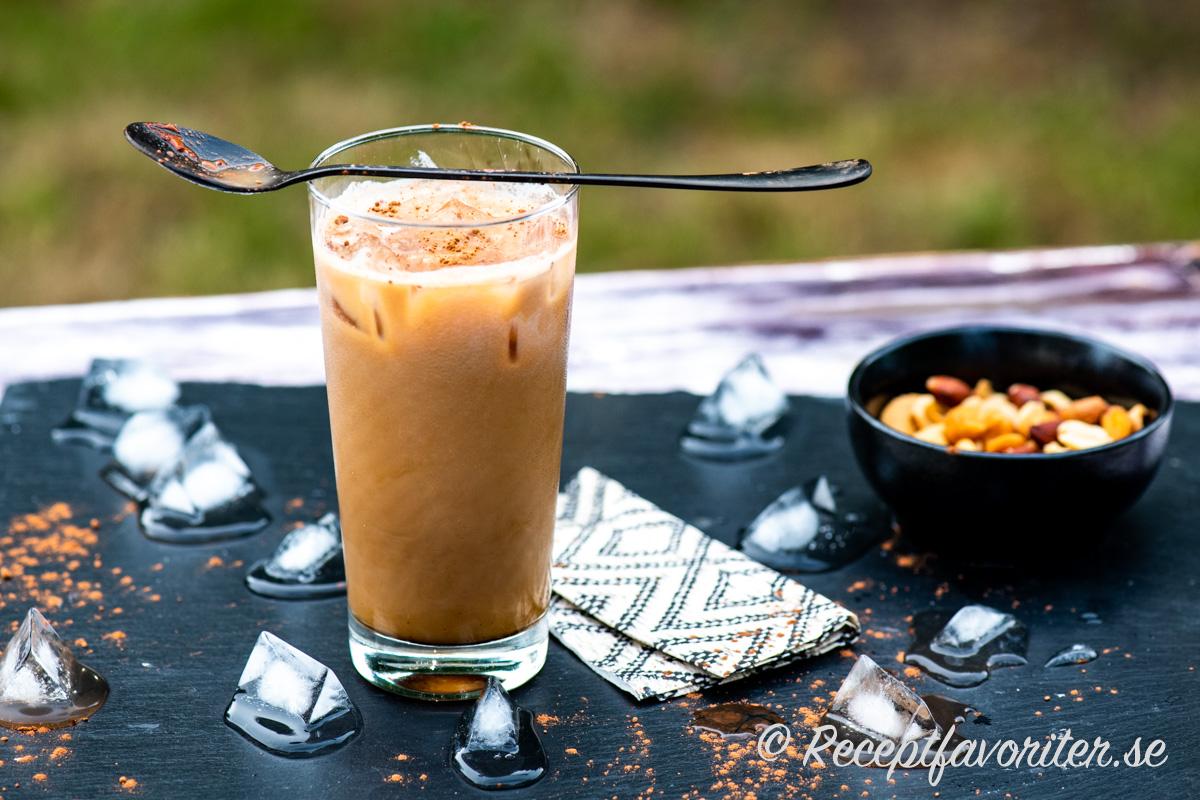 Espresso med is, kall mjölk och smak av Xanté päronlikör blir en svalkande iskaffe.