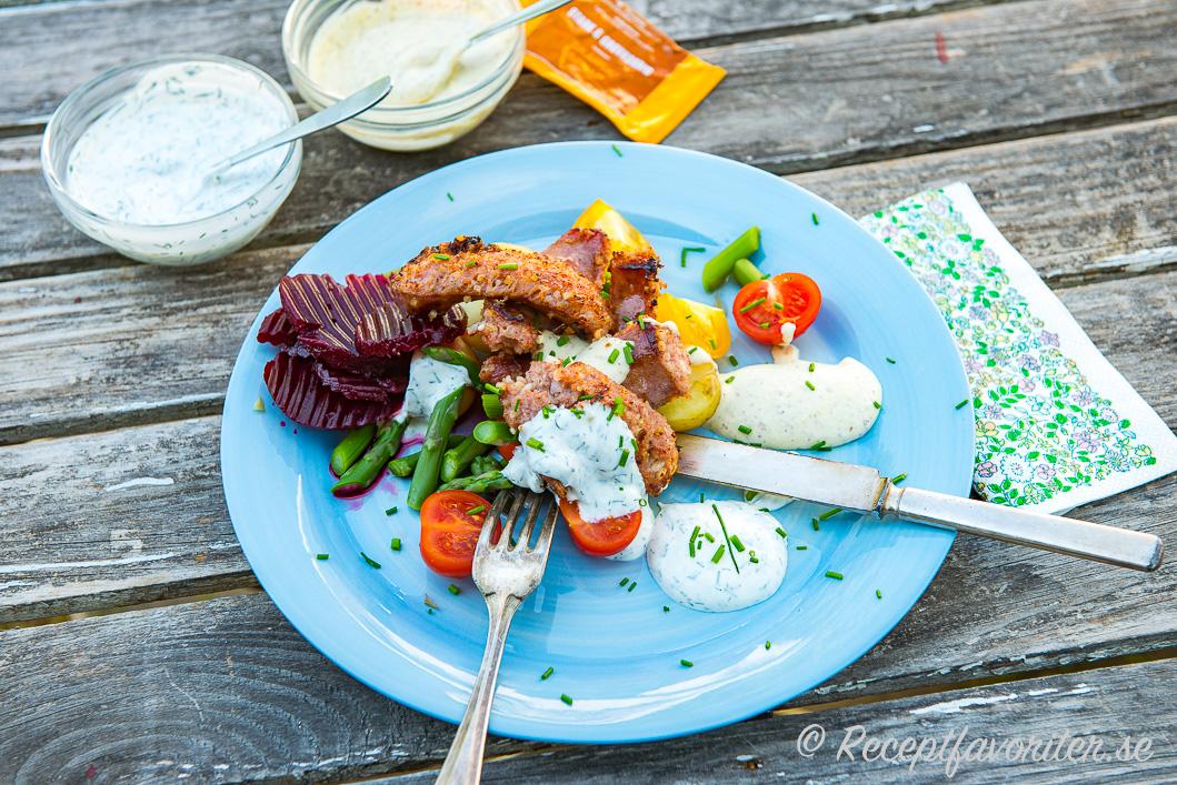 Stekta isterband med två kalla såser samt rödbetor, potatis, gröna bönor, tomat och hackad gräslök.