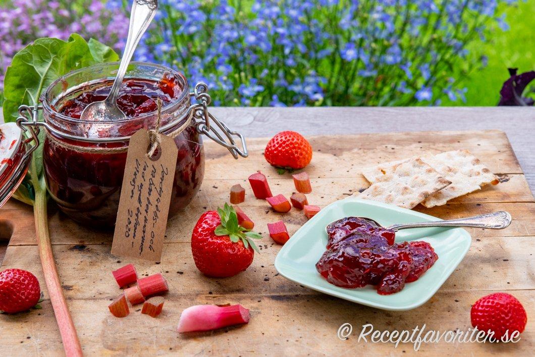 Jordgubbs- och rabarbermarmelad med balsamvinäger och rött vin i burk och på fat.