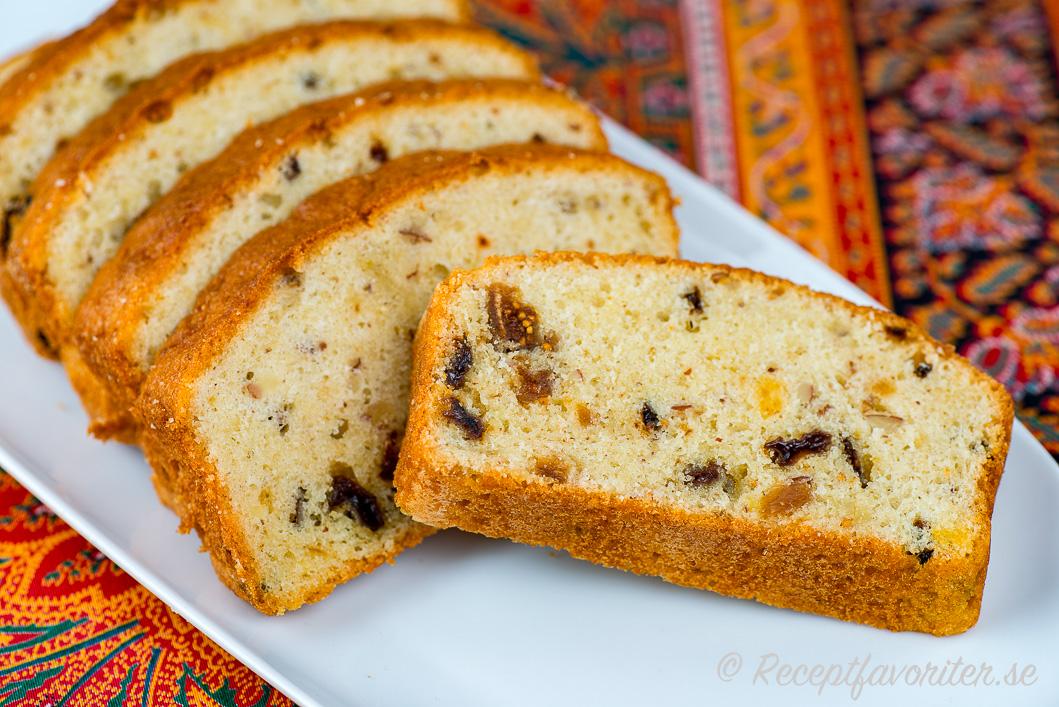 Julkaka bakad i avlång brödform - en slag sockerkaka med julsmaker.