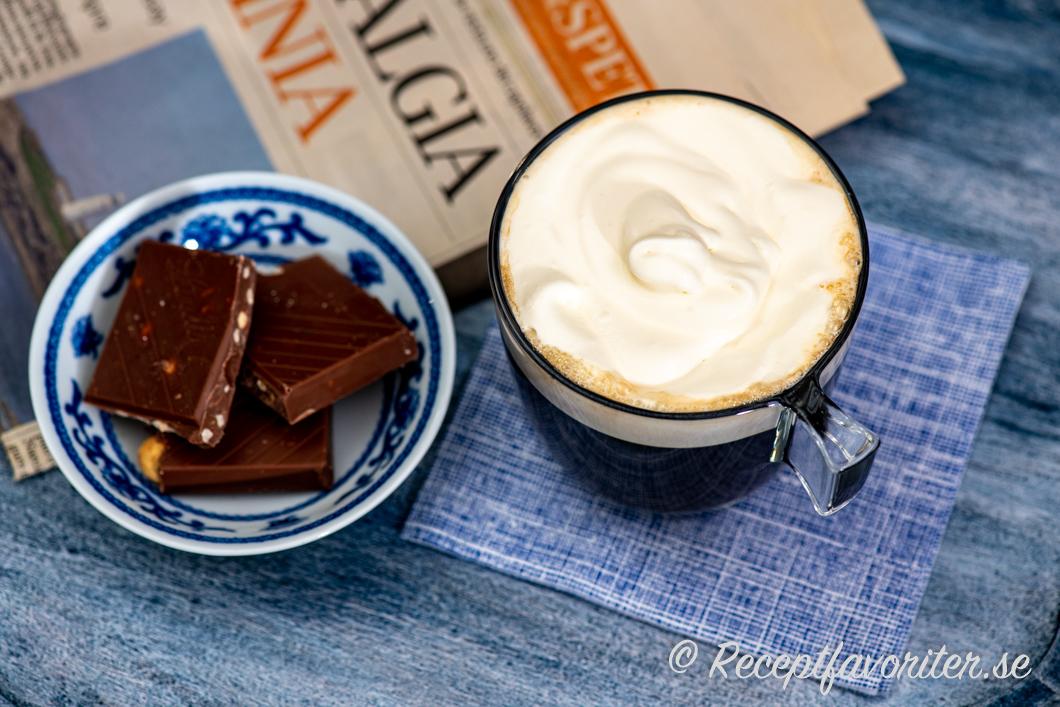 En krämig Kaffe Amaretto med lättvispad grädde och nötchoklad till.