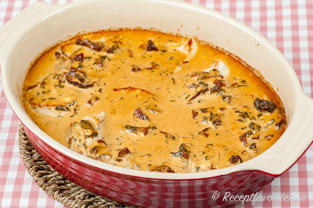 Gratäng med kalkonfilé i krämig sås med soltorkade tomater i Le Creuset form