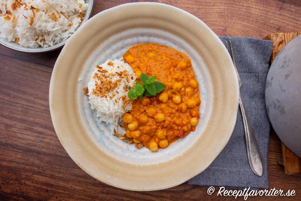 Gryta med kikärter som reds av de röda linserna, får sötma av kokosgrädde och lök samt mustig smak av vitlök, chili, curry och ingefära.
