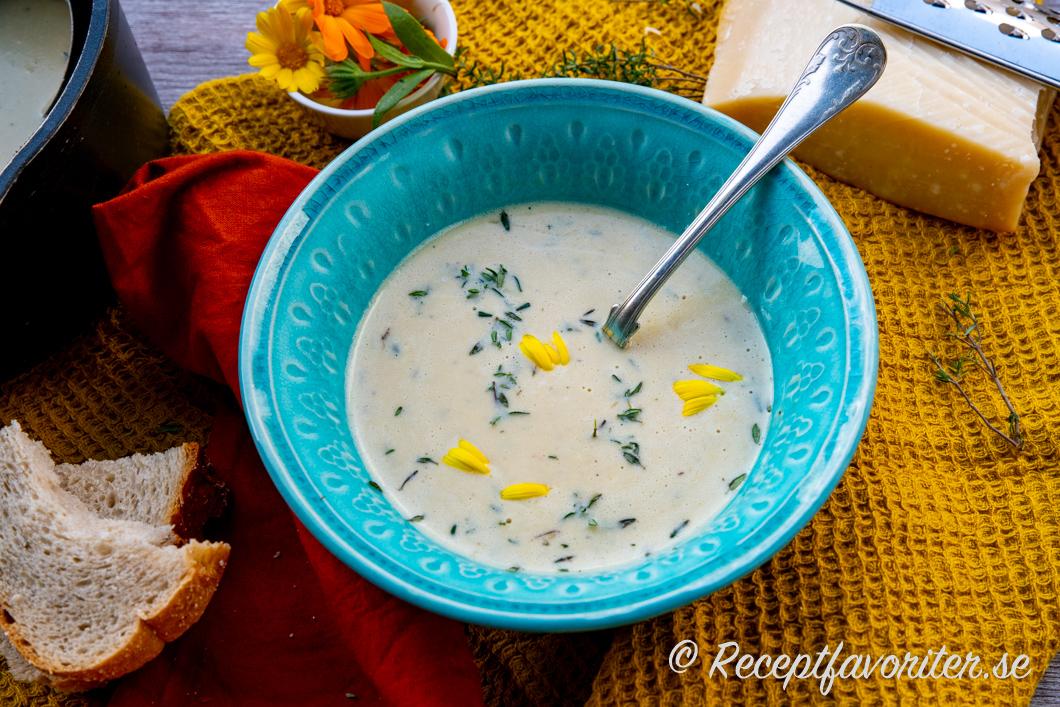 Soppa med mixade kikärter serverad i skål