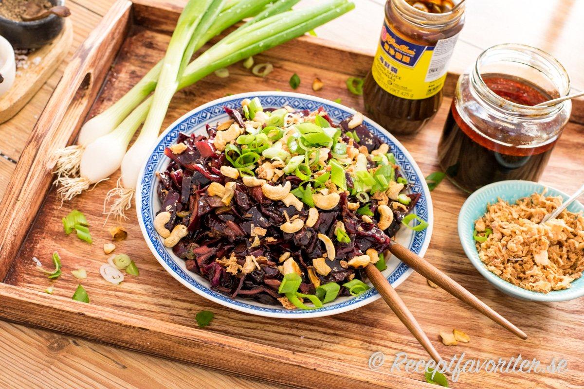 En smakrik vitkålssallad med smak av kinesisk ljus och mörk soja, sesam och chili med mera.