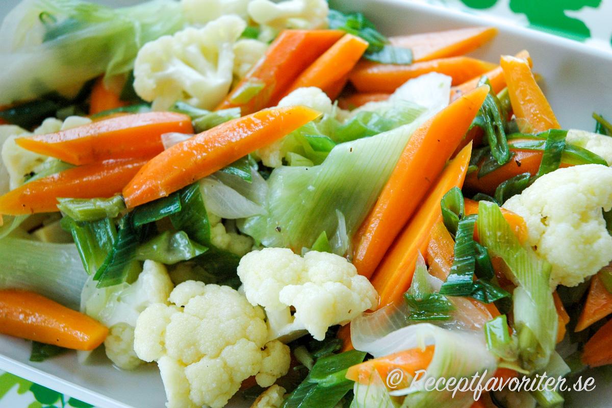 Svenska färska grönsaker lätt kokta med lite smör och salt på fat.