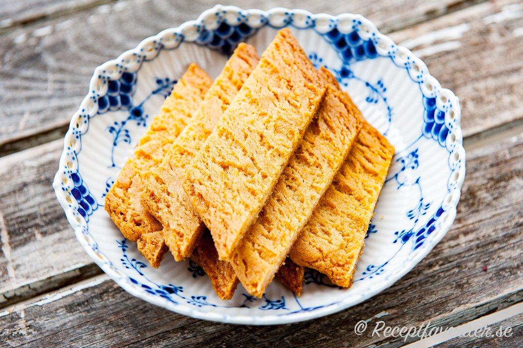 Kolakakor, sirapskakor, sirapssnittar eller kolasnittar på kakfat.