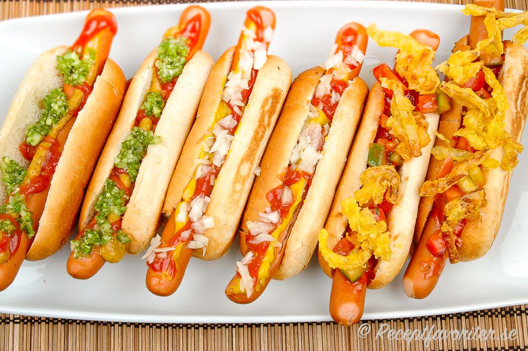 Korv med bröd. Gott på korv är såklart senap, ketchup, bostongurka; hackad lök; friterad lök med mera.