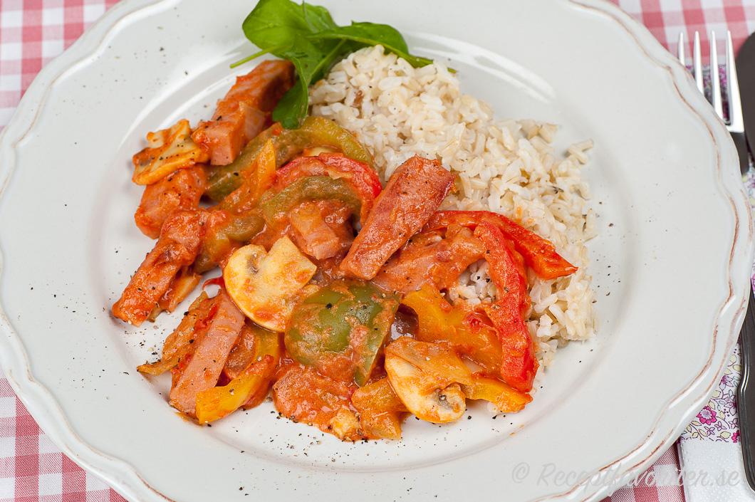 Stroganoff med mer grönsaker på tallrik serverad med ris och babyspenat.