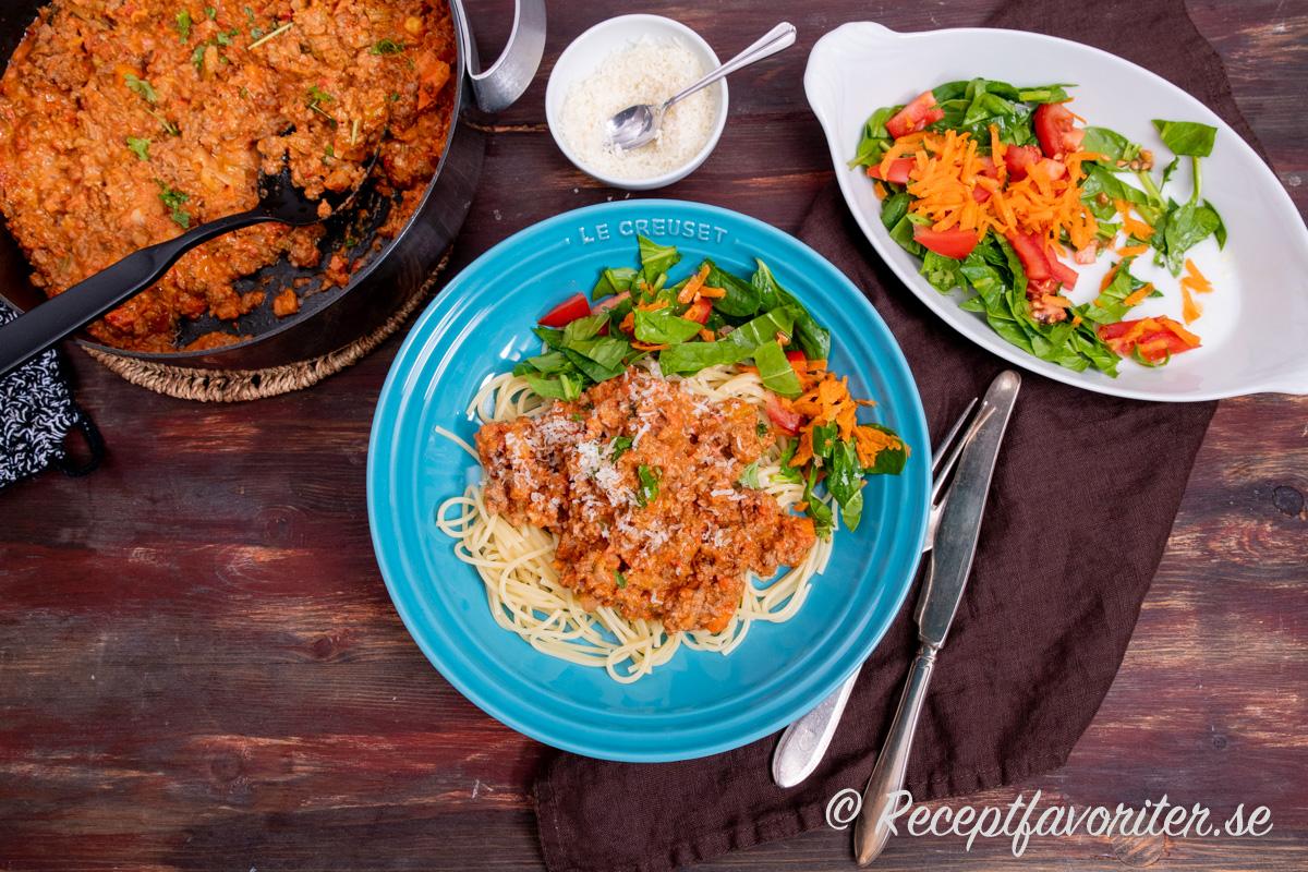 Köttfärssås med älgfärs, pasta, riven parmesan och sallad.