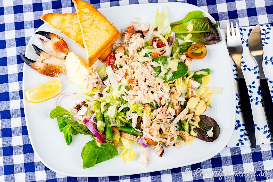 Krabbsallad serverad med tillbehör