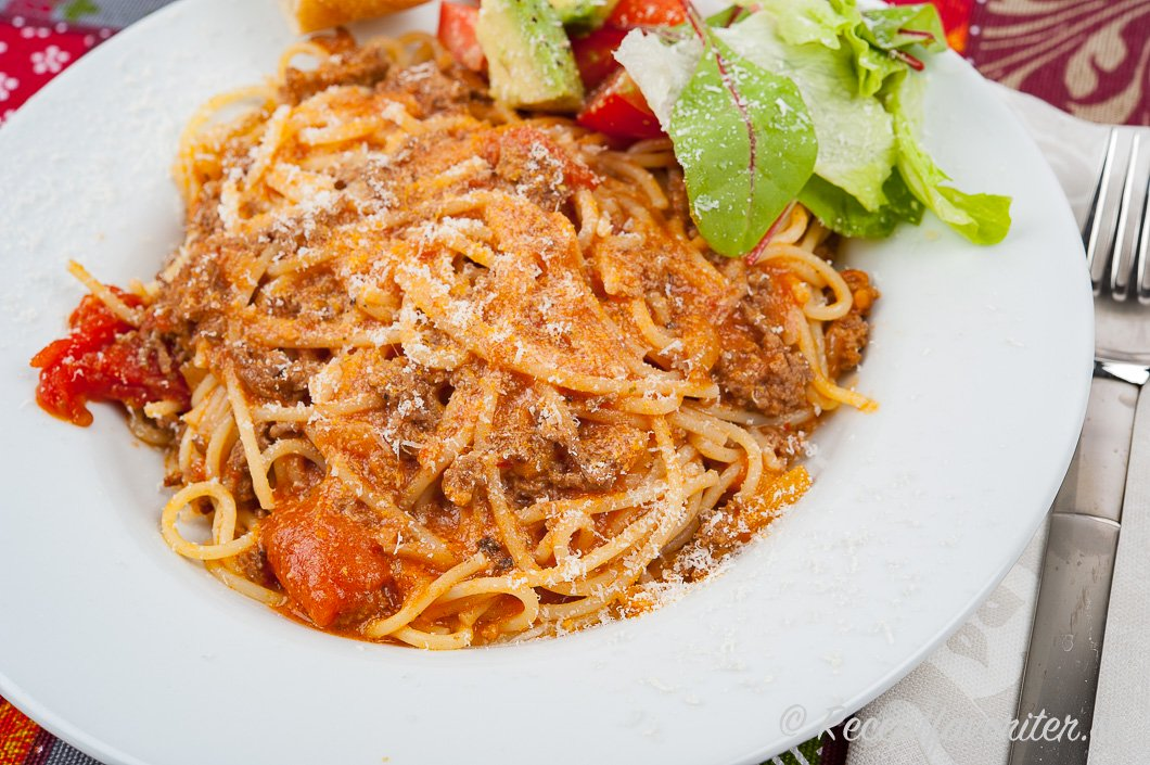 Spagetti med krämig köttfärssås i tallrik