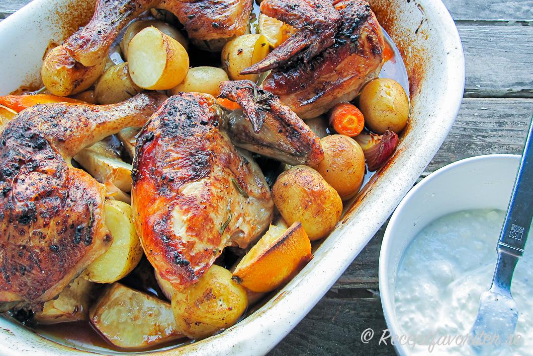 Allt i ett kyckling i ugnen serverad ur formen med en god kall sås.