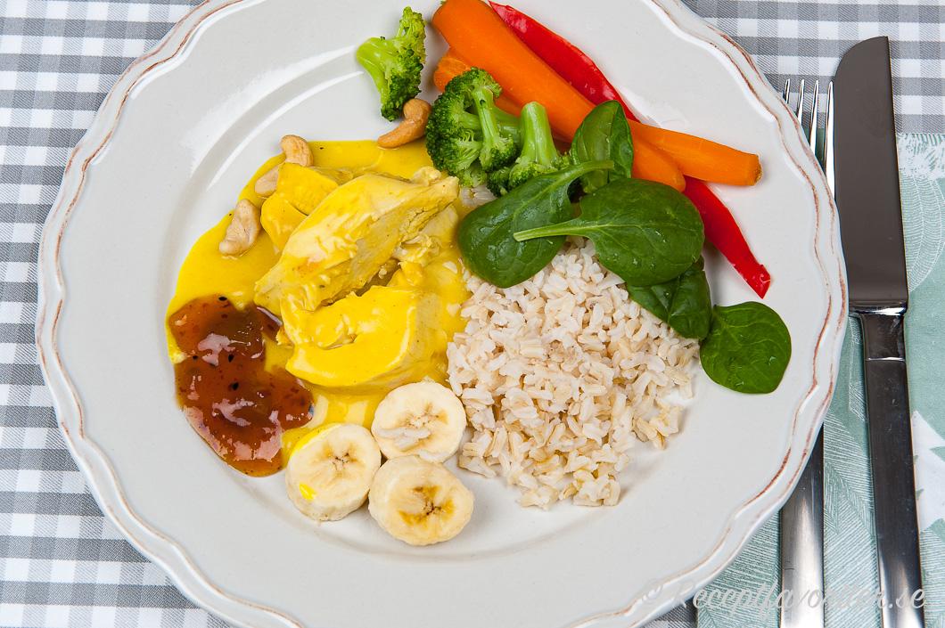 Kycklingcurry eller hönscurry på tallrik med tillbehör