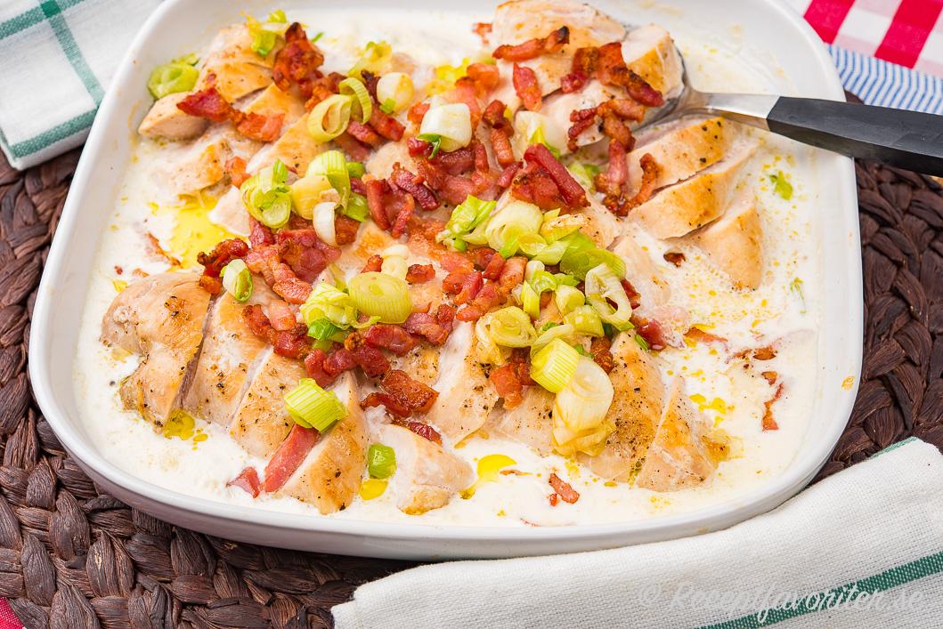 Lättlagad krämig kyckling med salt bacon och god lök passar bra ihop.