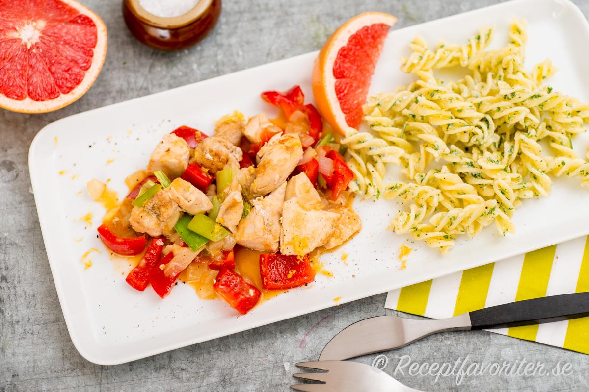 Kycklingfilé i sås med smak av grapefrukt får fin färg och fyllig smak.