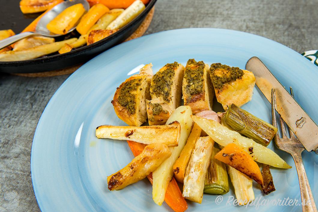 Toppa kycklingbrösten med pesto för god smak och servera med rostade rotfrukter samt en kall sås.