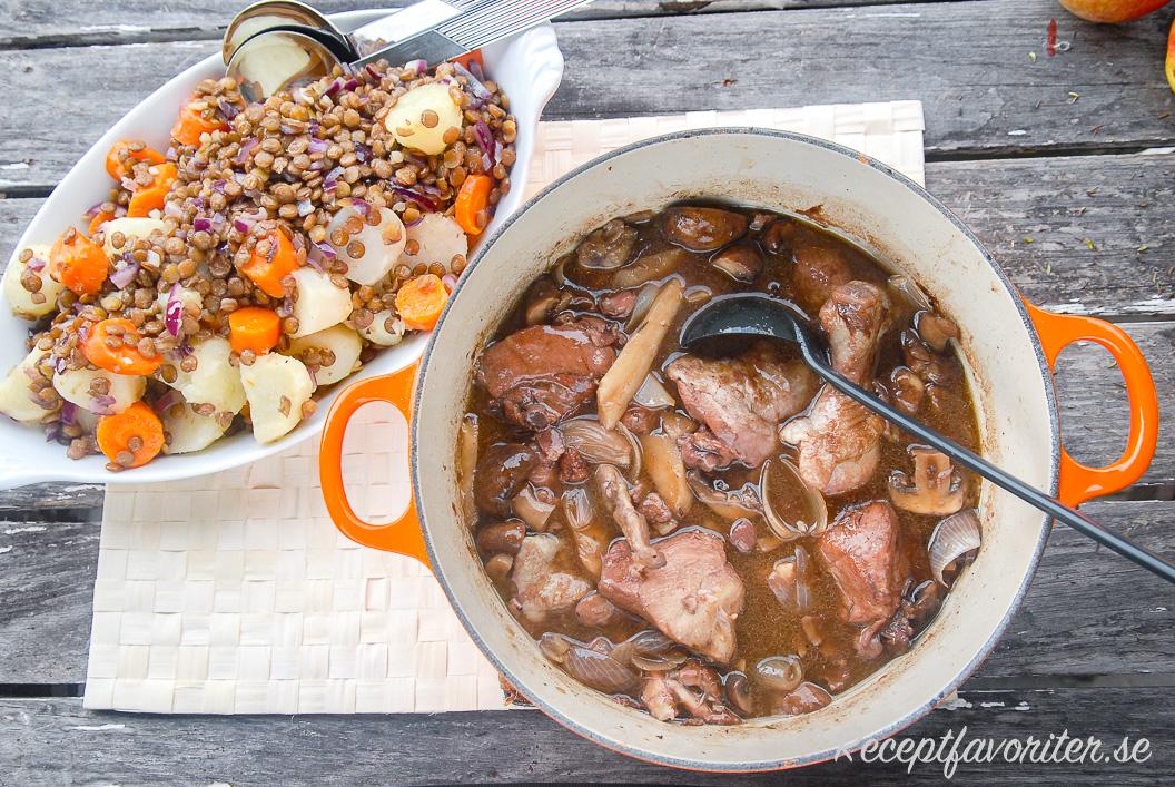 Kycklinggrytan serverad med kokt potatis samt morot blandat med linser.