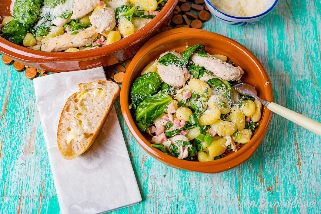En slags kyckling-gnocchi-panna med pancetta och spenat.