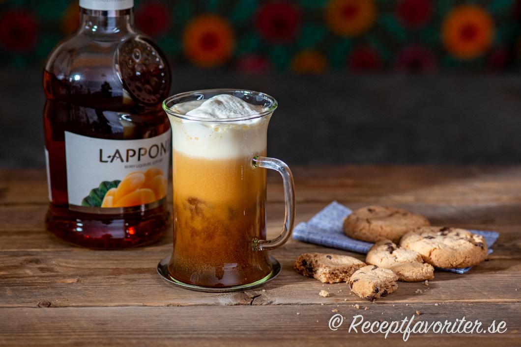 Lakka hjortronkaffe med vispad grädde i glas